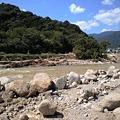 写真: 那智勝浦町井関、ここは川で...