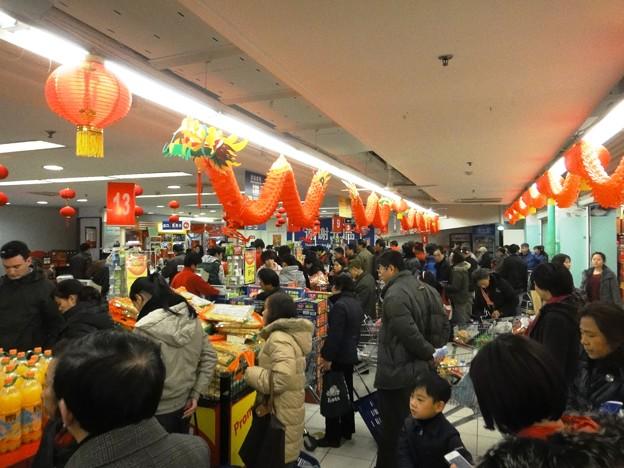 師走の上海スーパーマーケットのレジ前
