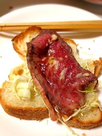 GOPANのお米パンに、自家製ローストビーフをのせて朝食。味付けは、ホールラディッシュとお醤油で。