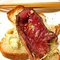 Photos: GOPANのお米パンに、自家製ローストビーフをのせて朝食。味付けは、ホールラディッシュとお醤油で。
