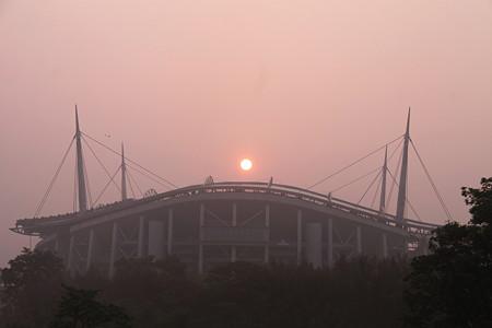 濃霧の朝日と豊田スタジアム