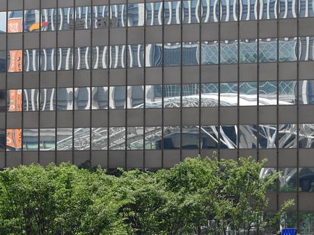 JR博多駅が映る窓