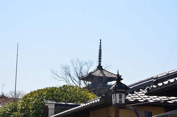 Photos: 2012_0408_120508 石塀小路からみる八坂の塔