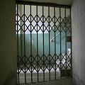 写真: ドア越しの階段