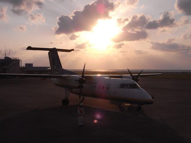 夕日を浴びたプロペラ機