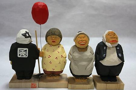 2011.08.03 机 木彫り小舎オリジナル木彫人形 横並び