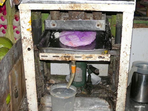 ココナツミルクを絞り出す圧縮機
