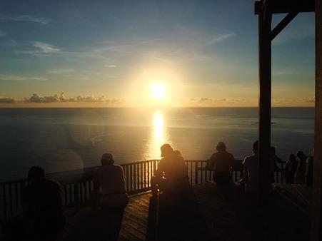 日が沈むのを待つ。