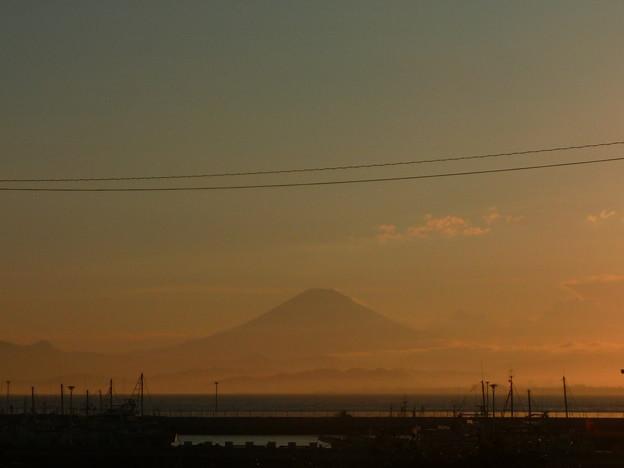 江ノ島大橋から夕焼けに染まる富士山
