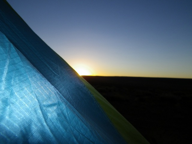 夜明け前の砂漠のキャンプ