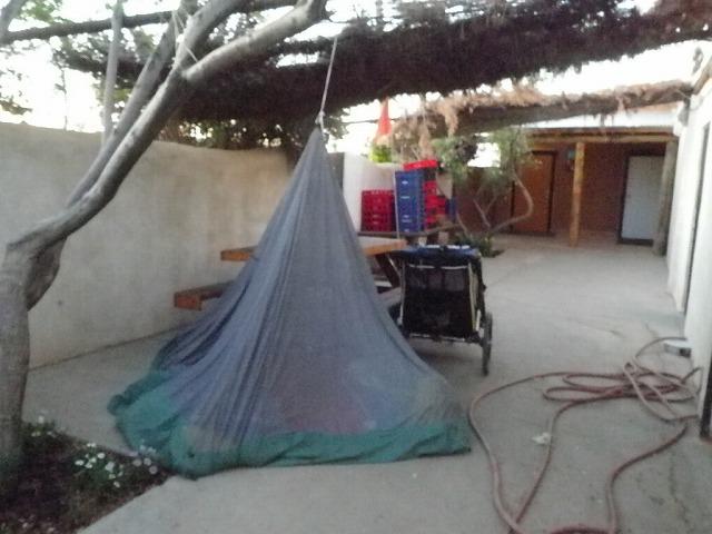 ニューメキシコ州のトラックストップ敷地内でのキャンプ。コンクリートの上でインナーのみの設営。
