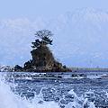 雨晴海岸 女岩と波 剱岳(右)