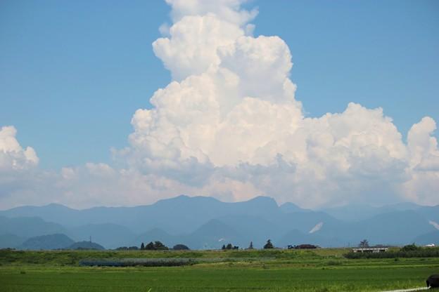 夏の雲・・・人が雲を枕に寝ているような雲