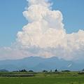 写真: 夏の雲・・・人が雲を枕に寝ているような雲