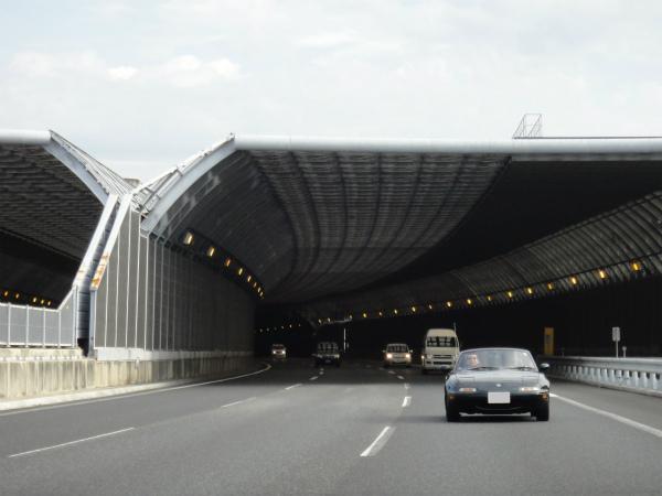 トンネルの出口は4車線