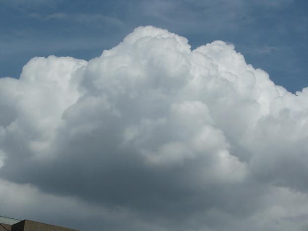 青空に大きな重そうな白い雲!